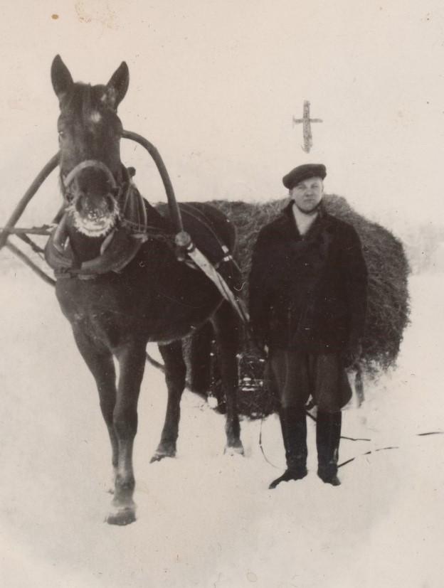 Här har Egil Storkull varit och hämtat hem hö med hästen.