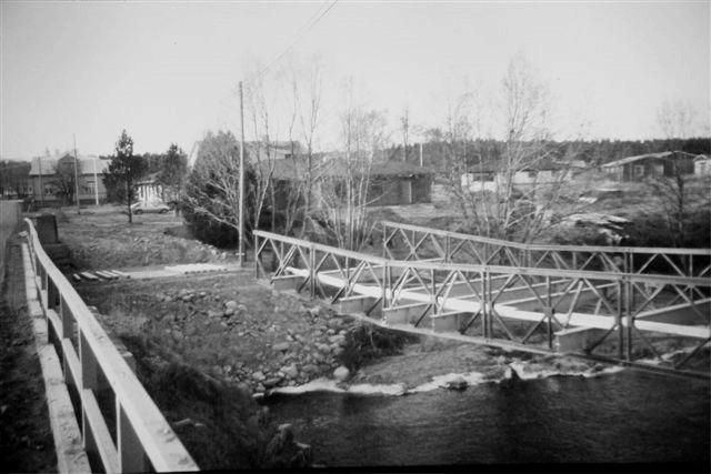 Den tillfälliga bron sköts ut från den södra sidan.