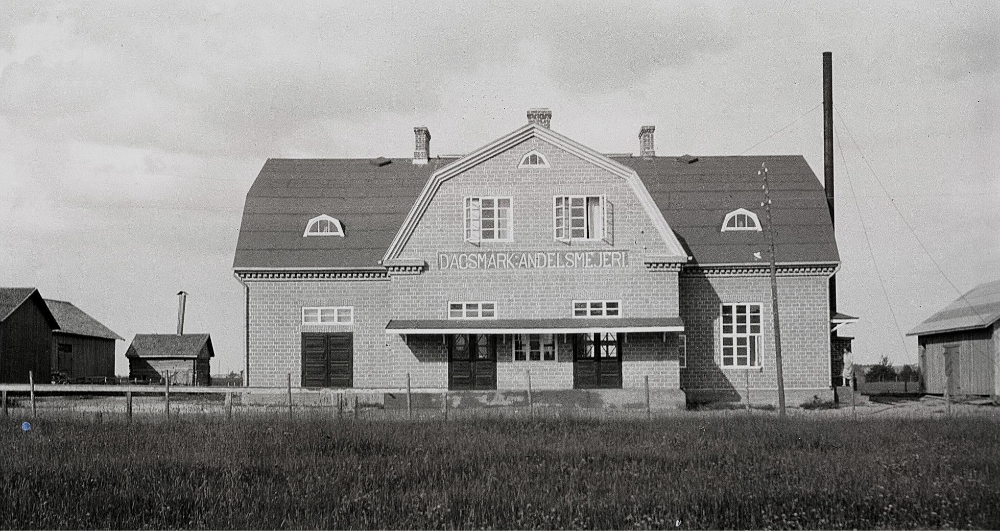 Läraren Selim Björses var en aktiv fotograf, som ofta rörde sig i byarna. Detta foto av det nybyggda mejeriet är från början av 1930-talet och till vänster syns uthusen hos Erland Krook.