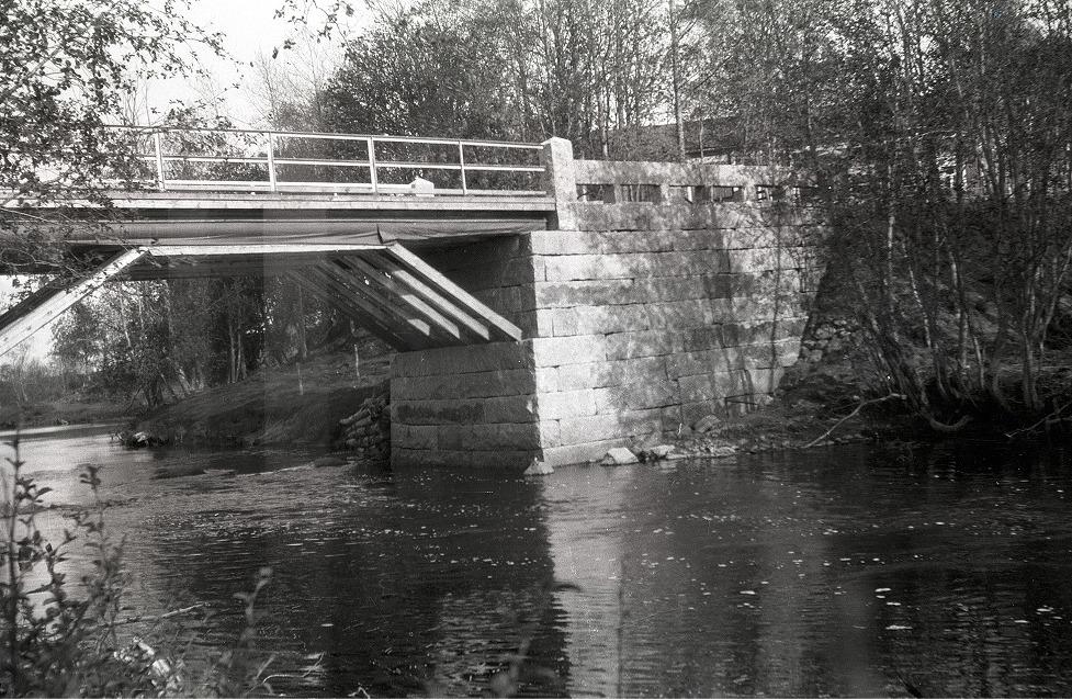 Brolocket byggdes av trä men kolla in hur fint stenarbete som gjorde i början på 1930-talet.