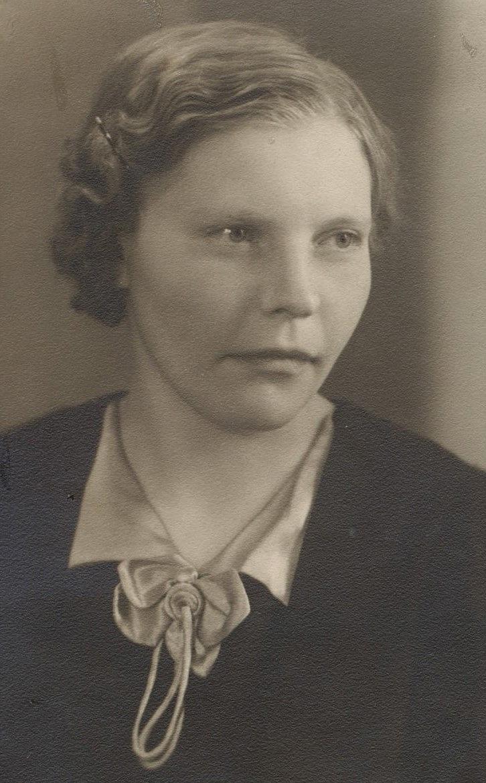 Anna Åberg (1920-1994) i unga år. Hon var dotter till Anna Sofia Hosioja (1870-1948) som var gift med Johan Henrik Åberg (1881-1951).