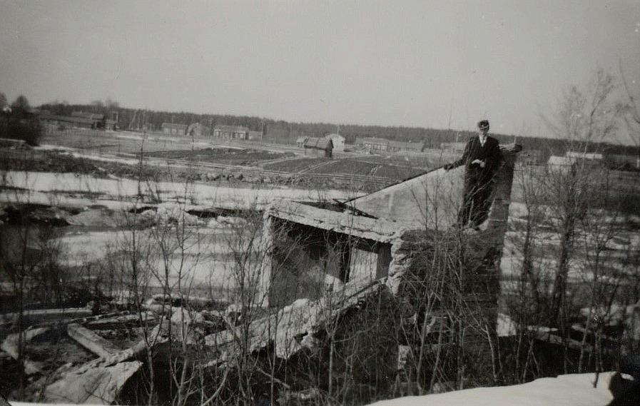 Här står Ruben på det som är kvar av Nylundas sågen vid Gamla forsen.