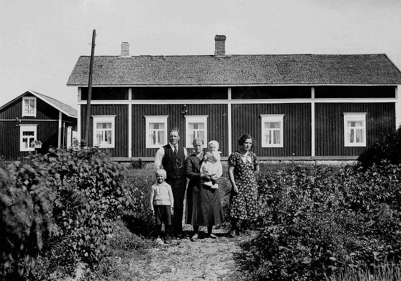 Gården fotograferad från väster år 1934. Här står Artur och Julanda med barnen Alf och Ruth. Längst till höger en piga. På bilden syns det tydligt att gården nyligen byggts till i den södra ändan med ett par rum och att den tredje skorstenen inte ännu blivit murad.