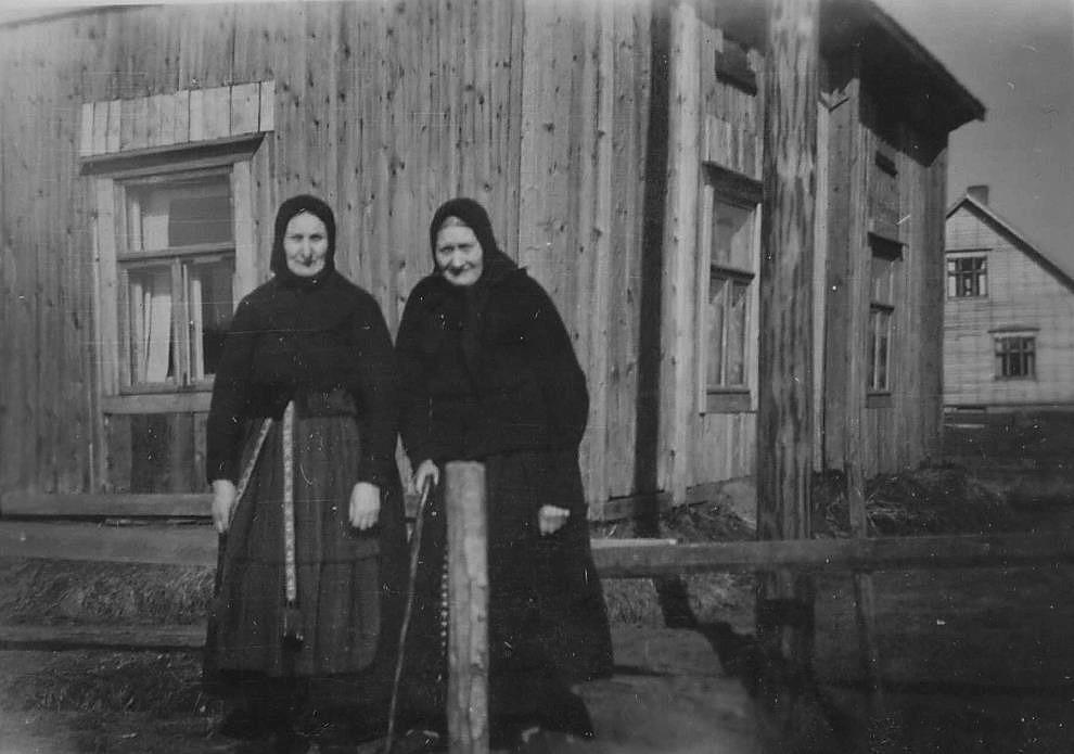 """Här står """"Gåbbinas-Mina å Ana-Kajs"""" utanför sitt hem på Brobackan."""