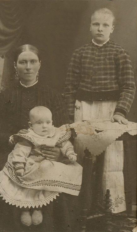 På fotot Fia Ekberg med dottern Signe i famnen. Okänd flicka till höger.