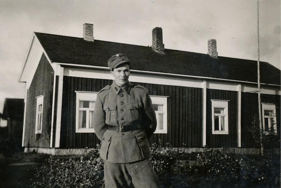 Här Egil Mannfolk bakom Nybergs gård på 40-talet.