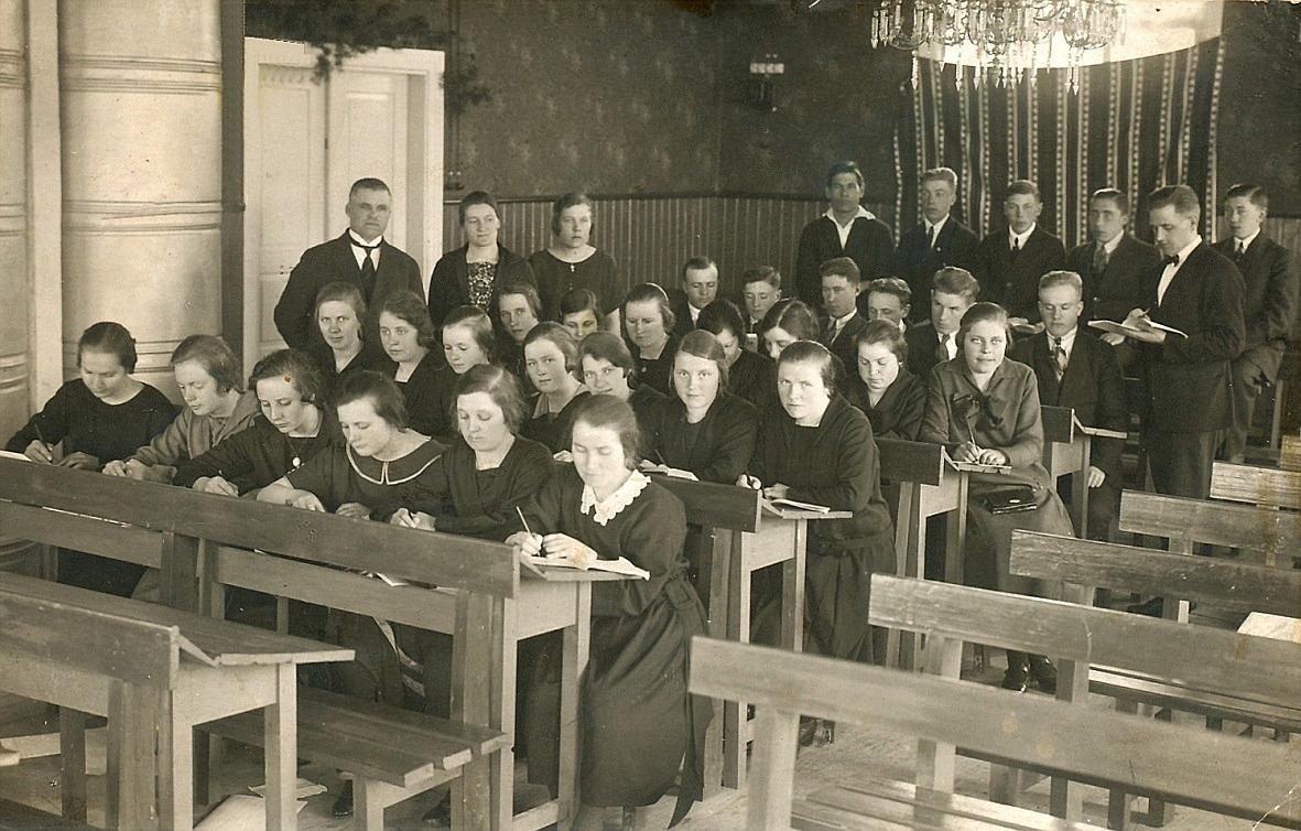 Prydliga elever i skolsalen.