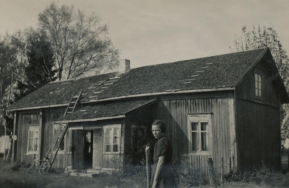 Här Ellen Ånäs på gården dit de flyttade från Ulla-Tå i början på 50-talet. Detta hus måste ha känts stort jämfört med det anspråkslösa huset i ändan av Ulla-Tå.