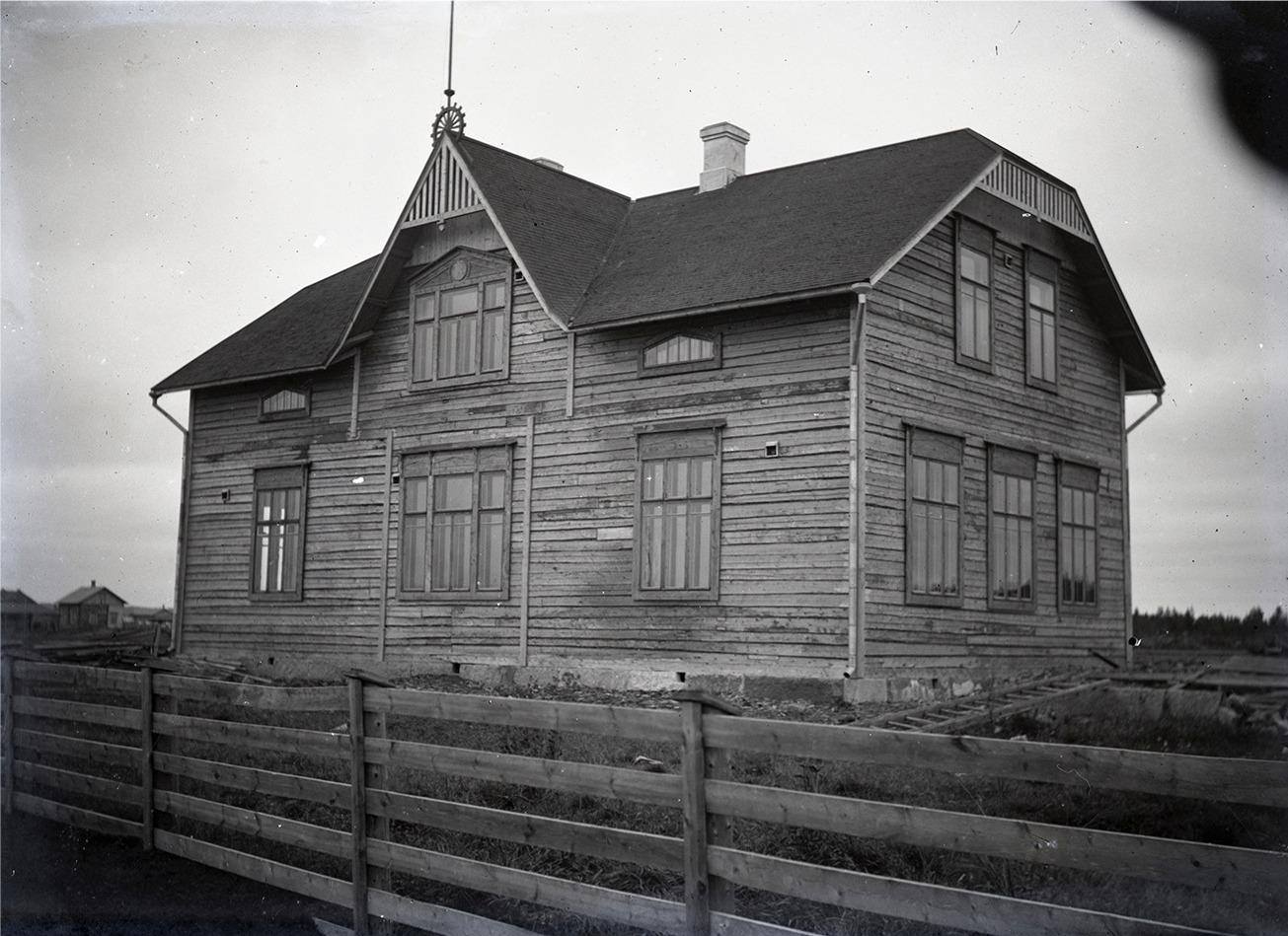 Efter en tid byggde han en likadan skola åt de finska barnen i Mörtmark som han byggde åt de svenska i Dagsmark, men tittar man noga efter så märker man en viss skillnad. Skolbyggnaden står fortfarande kvar i centrum av byn. Den här tiden hörde Mörtmark by till Lappfjärd men den överfördes år 1927 till Bötom kommun.