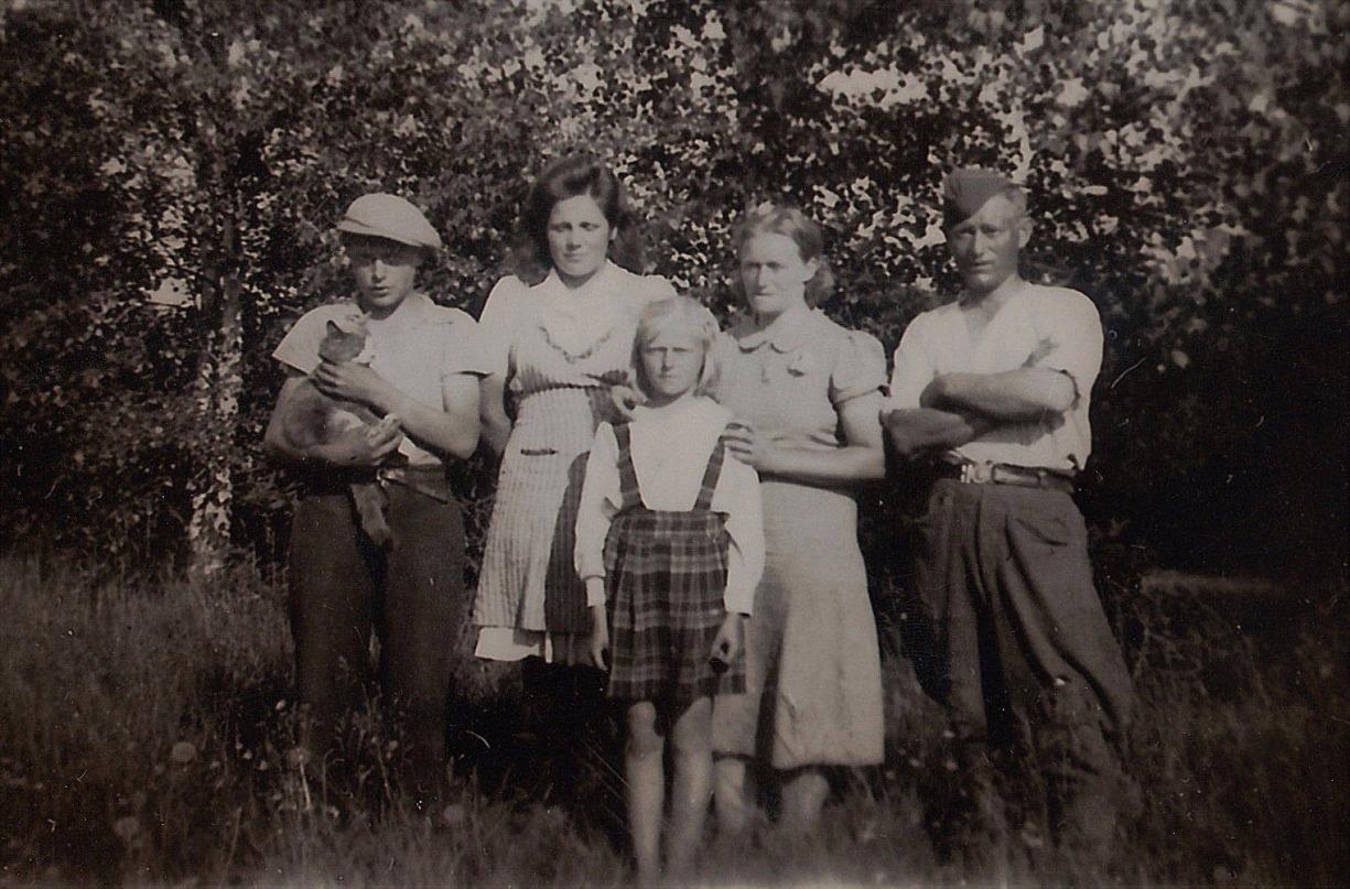 På bilden står Alf Mitts t.v. och bredvid honom pigan Agnes Renfors från Korsbäck. Bredvid ryssfången står Julanda och längst fram står Ruth.