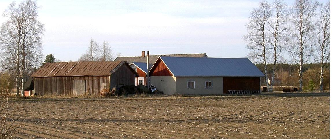 Ännu på 1970-talet gick Sunnantillvägen i en tvär krök bakom Mannfolks uthus. Vägen byggdes senare om och fick då sin nuvarande sträckning norr om gårdsgruppen.