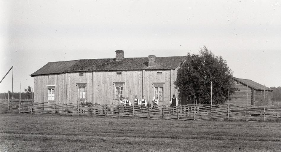 Så här såg gården ut ca 1915. Personerna på Viktor Nylunds foto står på Sunnantillvägen. Fotografiet från Traditionsarkivet i Vasa.