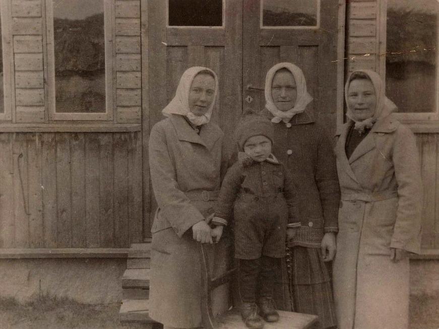 På den här bilden står fr.v. Signe Ekberg (senare gift Nyholm), Julanda Mitts med sonen Alf och till höger Aina Lillkull (senare gift Löfgren).