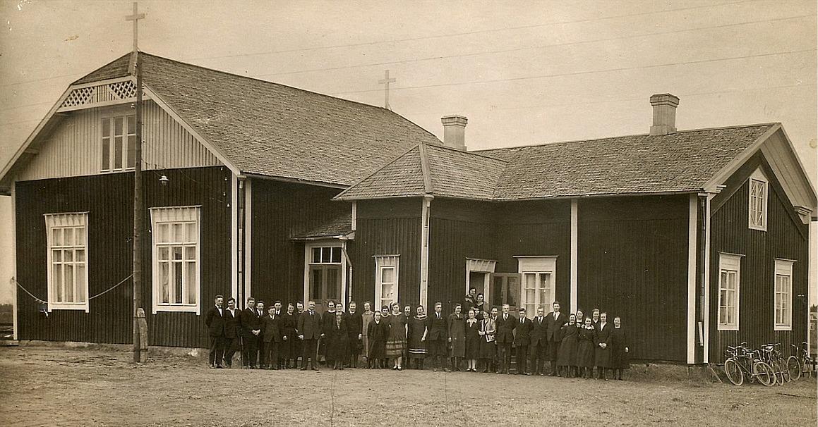 Här alla elever och lärare samlade utanför bönehuset. Rektor Sjöblad nionde från vänster.