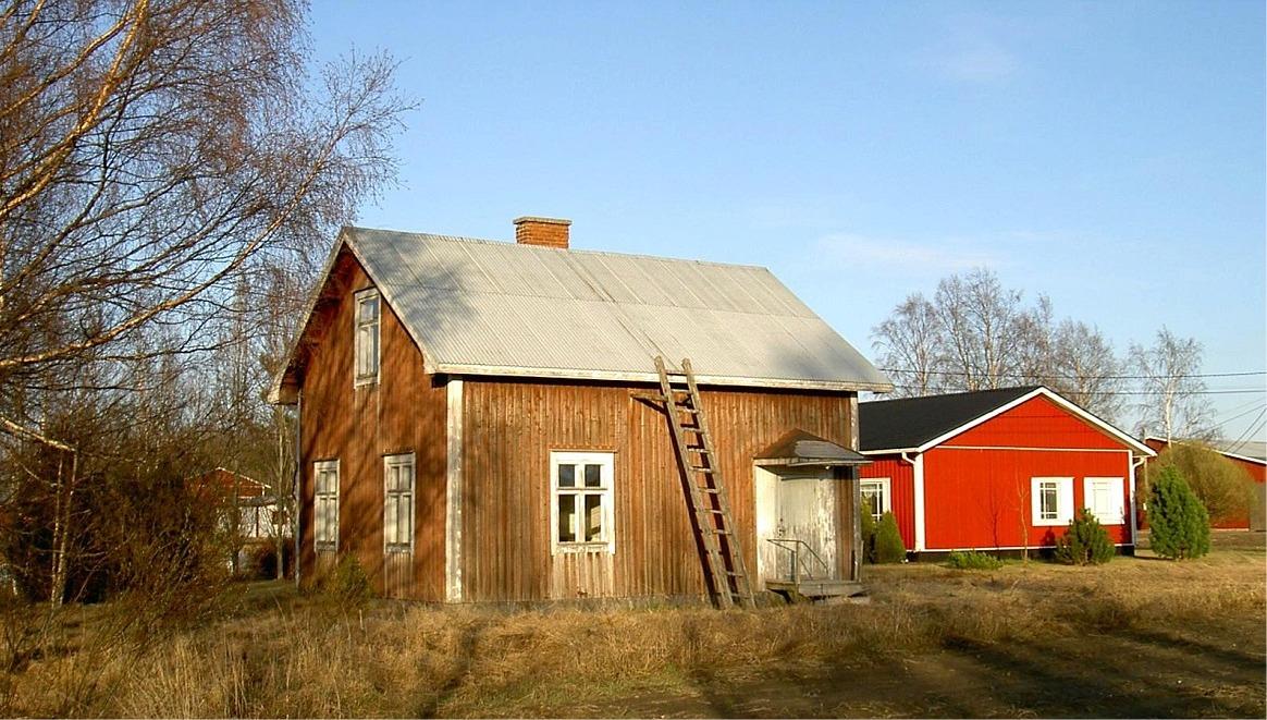 Så här såg Nybergs lillstuga ut år 2003. Till höger skymtar Grönlunds nybyggda gård.