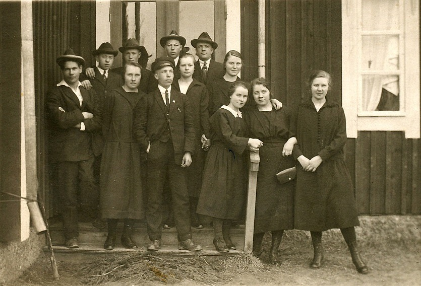 Här några elever av första årskursen, bland annat Leander Nyholm, Lennart Nyström, Selim Lång, Jenny Kankaanpää, Selim Eklund.