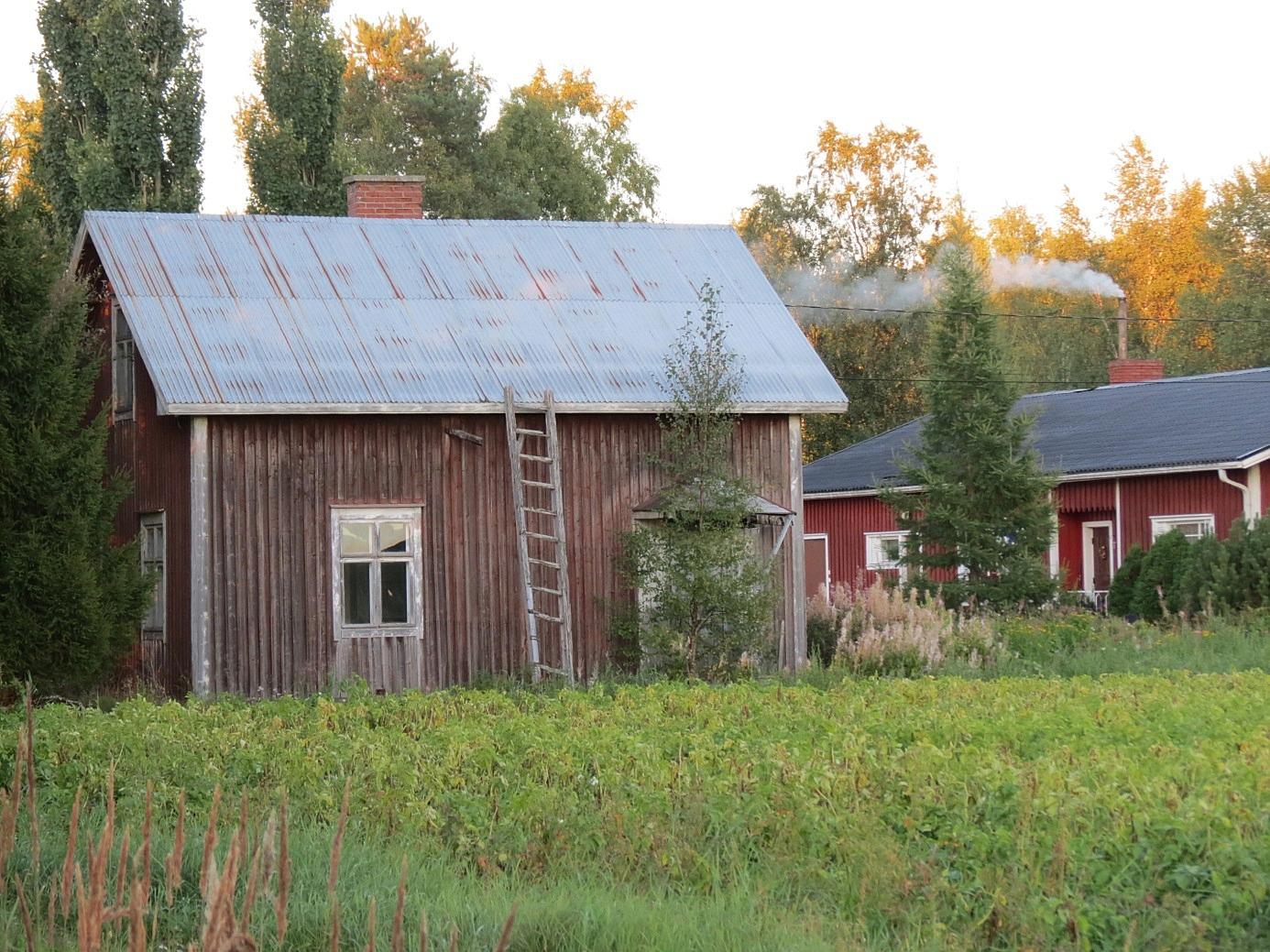 År 2013 såg Nybergas lillstuga ut så här. Markerna och denna lillstuga såldes på 2000-talet åt nuvarande ägaren som bor i Lappfjärd. Fotot från väster.