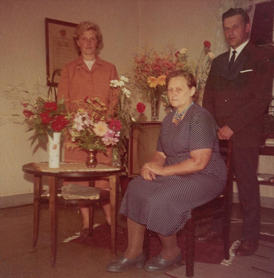 Här på fotot Julanda Mitts på hennes 50-årsdag tillsammans med barnen Ruth och Alf.