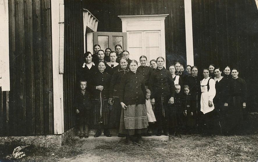 På trappan medlemmar av bönehusets syförening i mitten på 1930-talet.