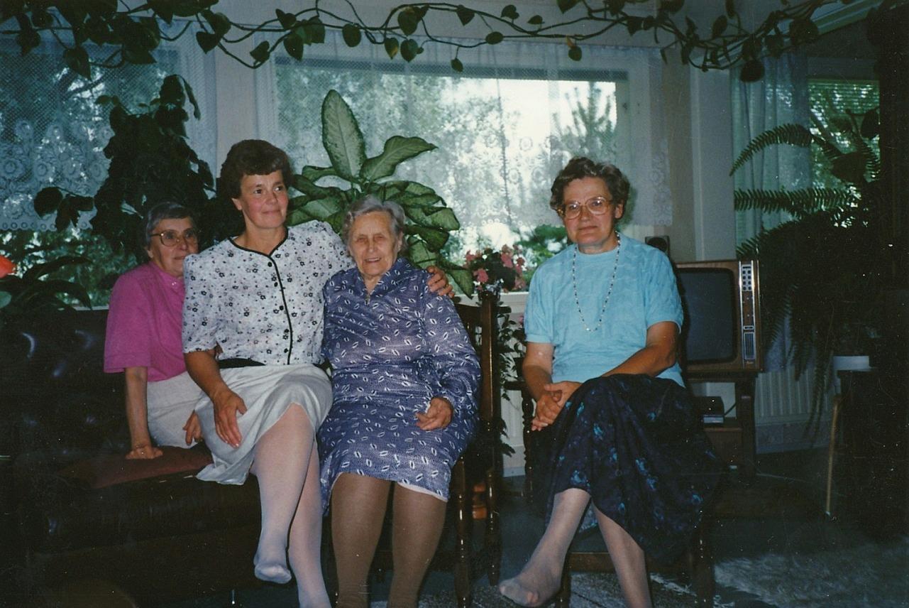 Här uppvaktas Julanda på sin 85-årsdag av Ingeborg Lindblad, Inger Holm och t.h. Helvi Klemets.