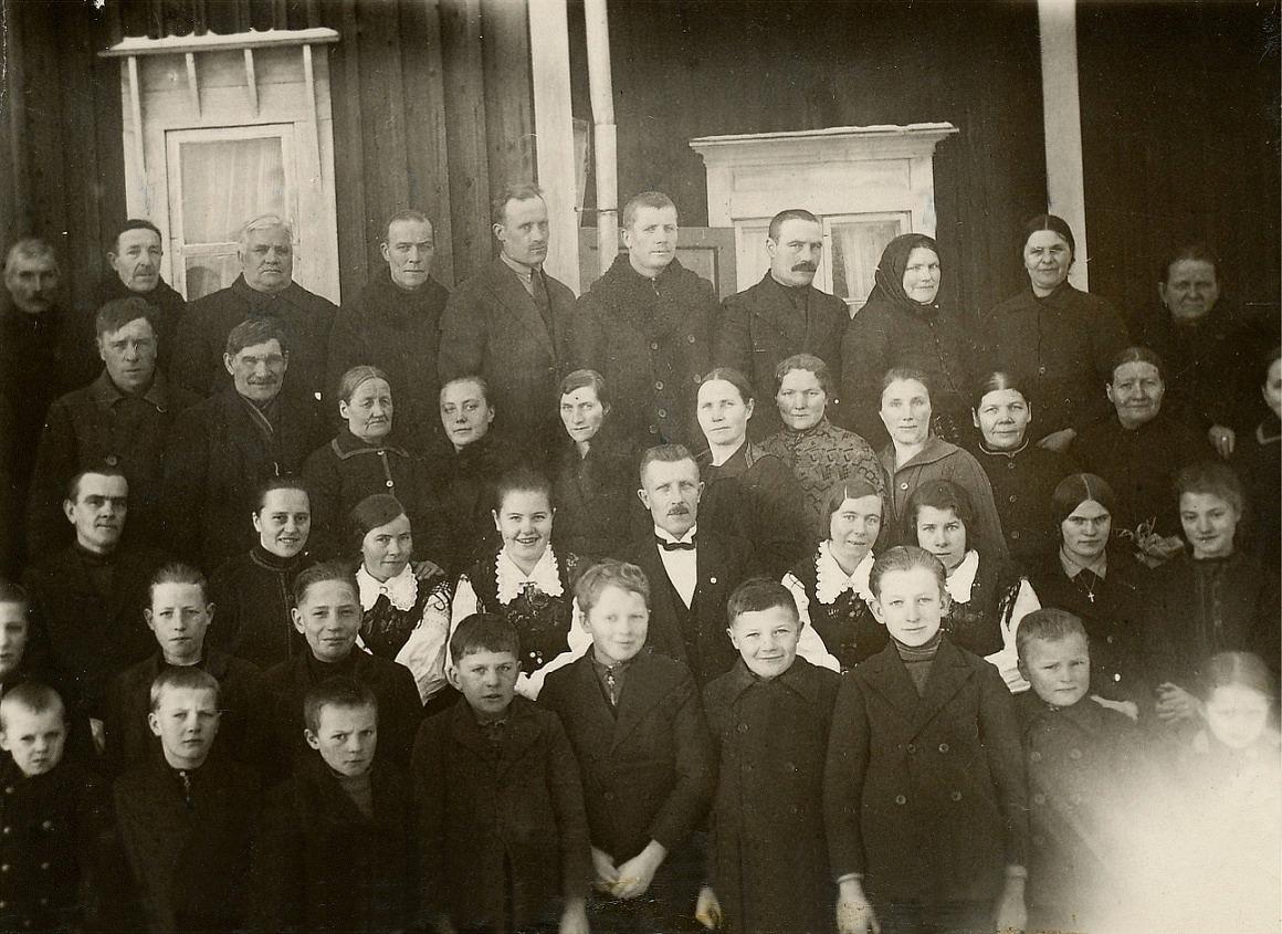 Det var livligt deltagande på Ungdomsdagen år 1933. Alla rymdes inte med på gruppfotot på bönehuset trappa.