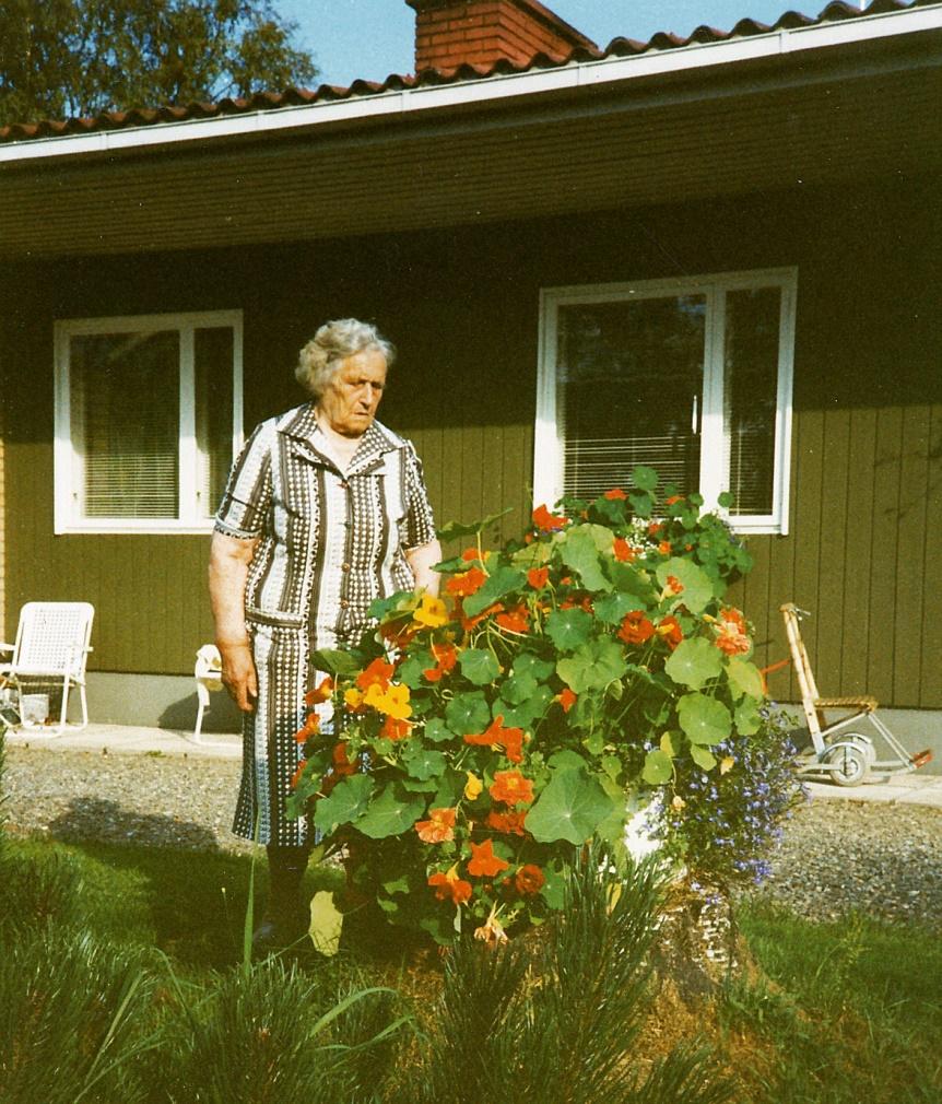 Här Julanda Mitts utanför sitt hem år 1990.