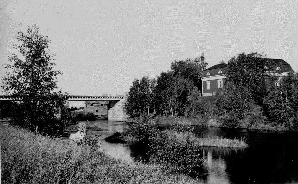 I den södra broöppningen syns den gamla sågkvarnen i Verkforsen. Fotot taget på 1920-talet.