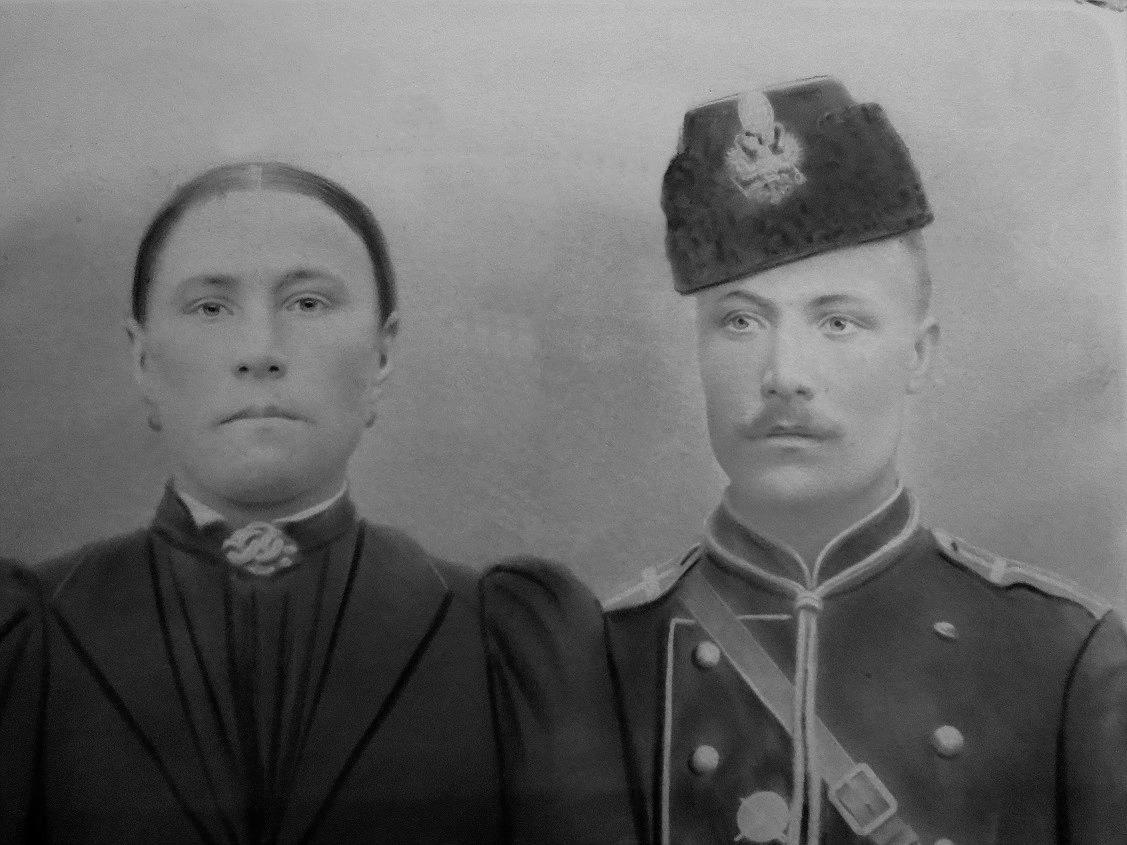 På fotot ovan Matilda och Viktor Rosenback som antog namnet Nyroos. Viktor var under åren 1897-1900 i militären i Dragonregementet i Villmanstrand. Som alla andra var han på lång manöver i Krasnoje Selo nära Sankt Petersburg. En dragon är en soldat som rör sig på häst men som slåss till fots.