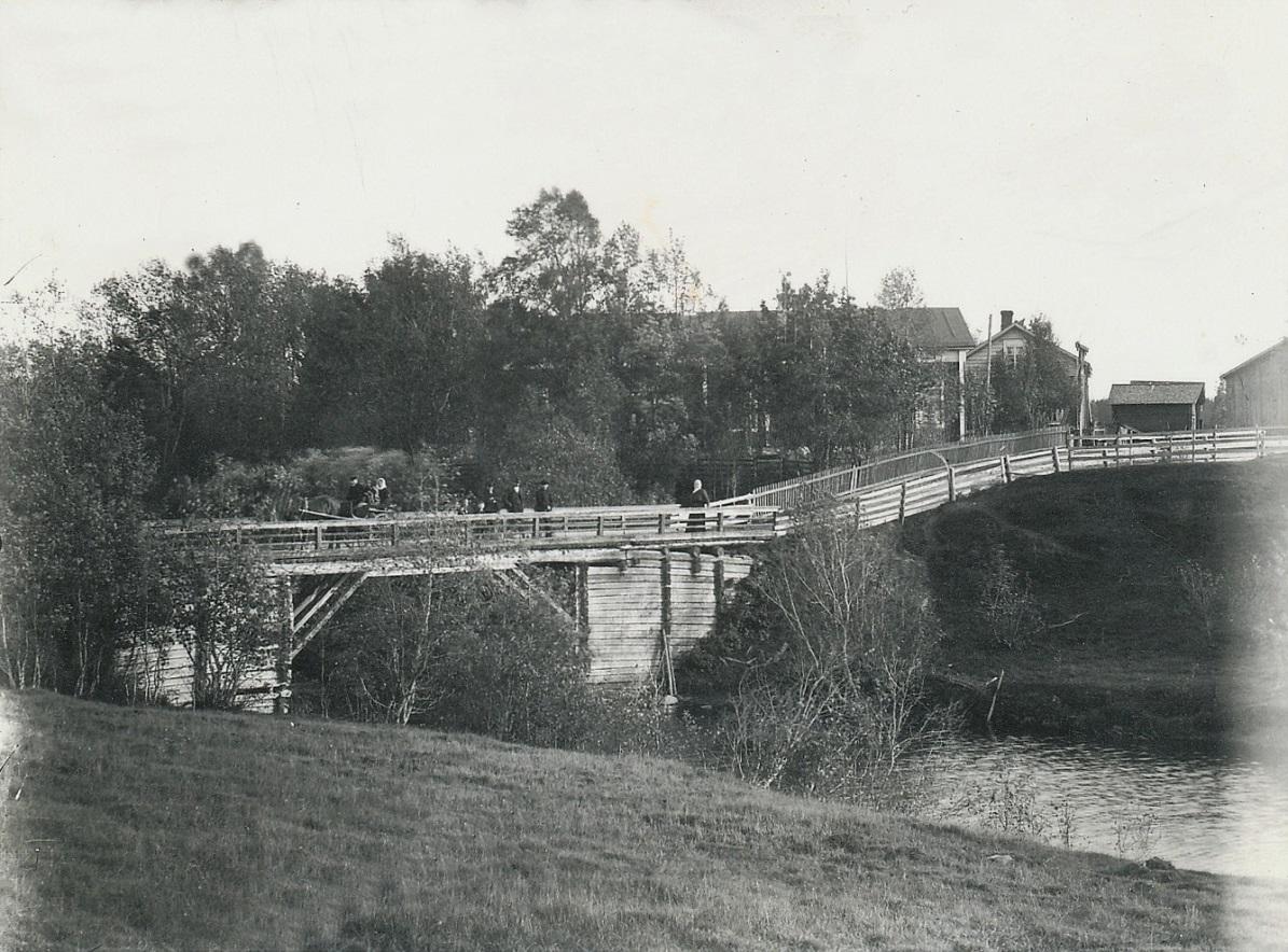 """På detta foto av den gamla Lillbron, så ser vi lillstugan som """"Pelas-Gåbbin"""" flyttade till år 1870 då han blev sytningsman. Det är alltså huset till höger, där gaveln syns."""