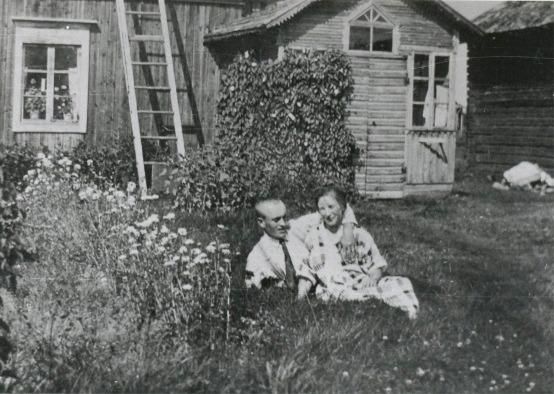 Artur och Sandra framför huset, som i tiderna hade en vacker och tidstypiskt farstukvist.