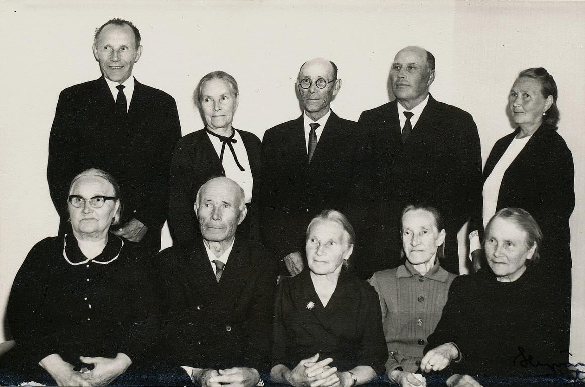 På bilden Alma och alla hennes syskon, utom Anna Sofia, f. 1886 som emigrerade till Amerika. Fotot från år 1967. Nere t.v. Alvina (1889-1982)som gifte sig med Erland Rosenback, följande Johannes (1891-1970) som gifte sig med Hilma Elvira Ojanperä från Storå och som tog namnet Hällback, Maria Vilhelmina (1893-1989) som gifte sig med Sigfrid Storlåhls från Måston eller Lillsund, följande Alma (1895-1984) som gifte sig med Emil Nyberg och längst ut Amanda (1897-1985) som gifte sig med Evert Gröndahl. Stående fr.v. Viktor (1899-1981) som först varit gift med Helmi Tuominiemi men som sedan gifte sig med Selma Nyberg och som tog namnet Berglind, följande är Jenny (1901-1976) som var ogift, följande Leander (1904-1972) som gifte sig med Selma Hammarberg, sedan Arthur (1905-1985) som gifte sig med Helmi Lydia Jansson från Storå och längst t.h. Mathilda (1908-1984) som gifte sig med Emil Lillsjö.