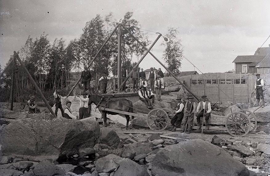 På bilden så syns det ganska bra hur byggandet av dammen gick till.