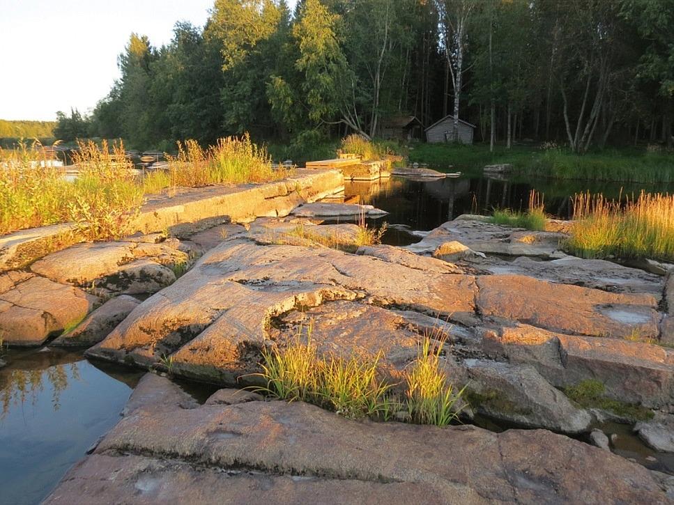 På de här vackra klipporna var Rosenstedts kvarn belägen på den södra stranden.