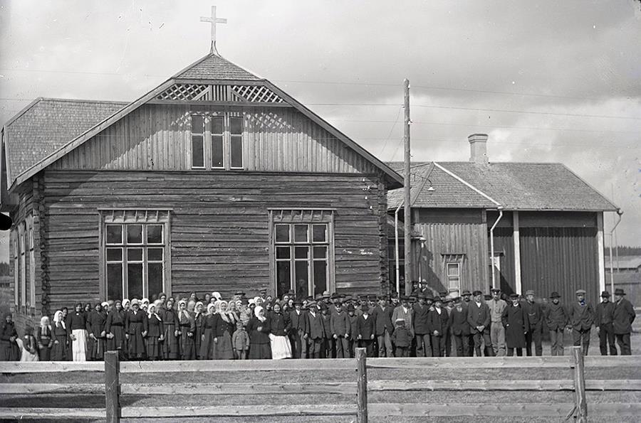 År 1914 byggde Viktor Nylund om Matilda Forsgårds gamla bondgård till ett stort och modernt bönehus. Sedan drog han ledningar från sitt kraftverk i Gamlaforsen och till på köpet så donerade han en vacker takkrona, som fortfarande finns på bönehuset. I elstolpen framför ingången finns en utelampa monterad, troligtvis den första i hela byn och det fanns säkert en och annan som förundrade sig över detta lysande fenomen.