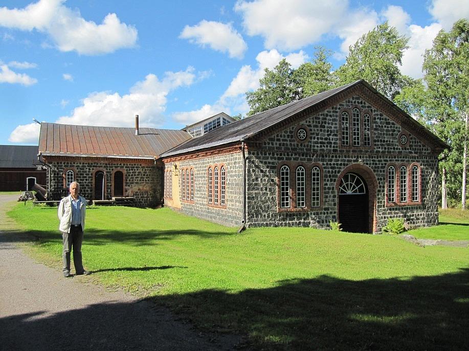 Lasse framför smedjan sommaren 2013.