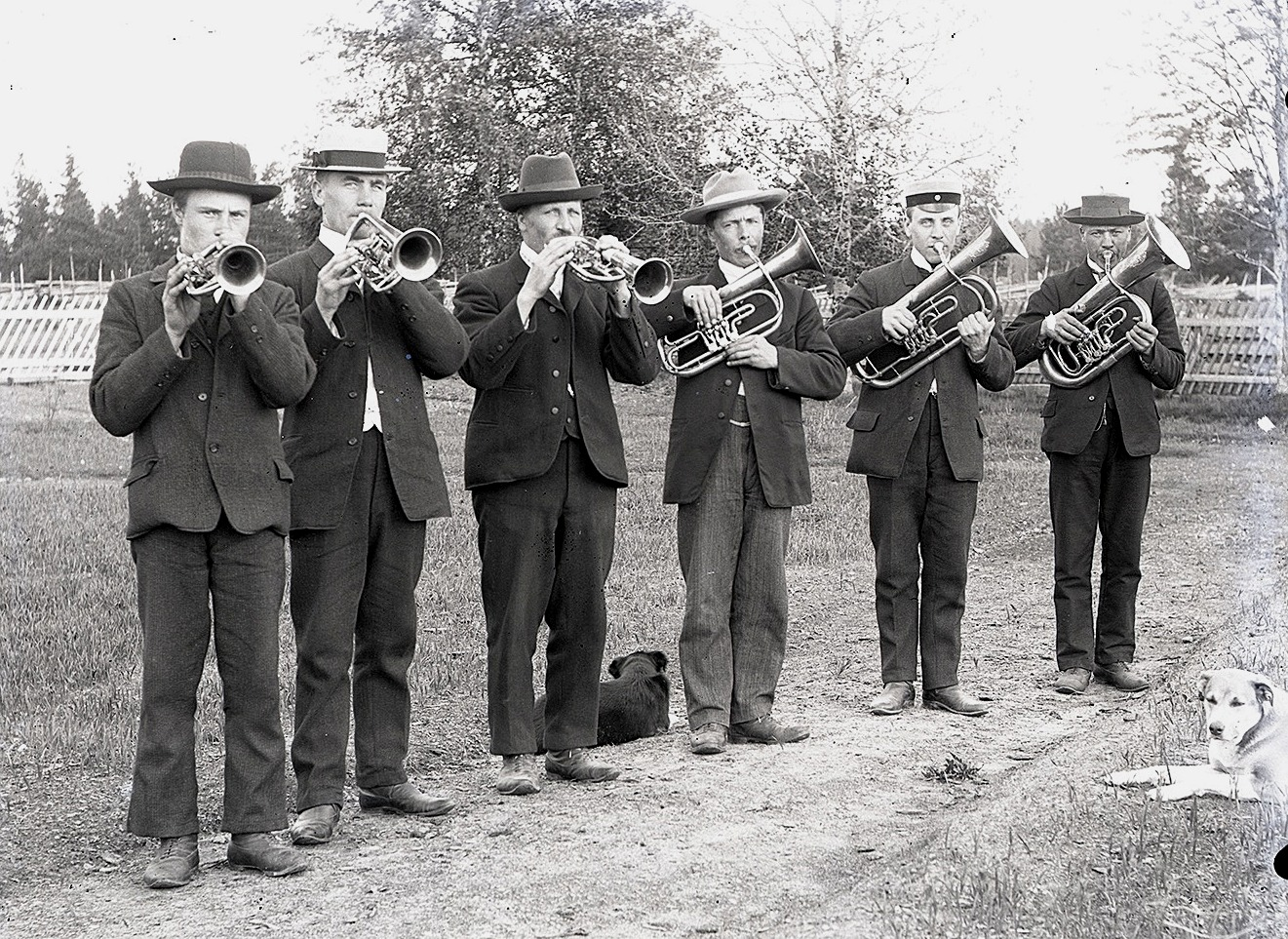Viktor var också med i den hornorkester, som hans svåger läraren Henrik Rosenback drog i gång i Dagsmark. Tredje från vänster är Viktor och följande högerut är hans bror Erik Anders Englund.
