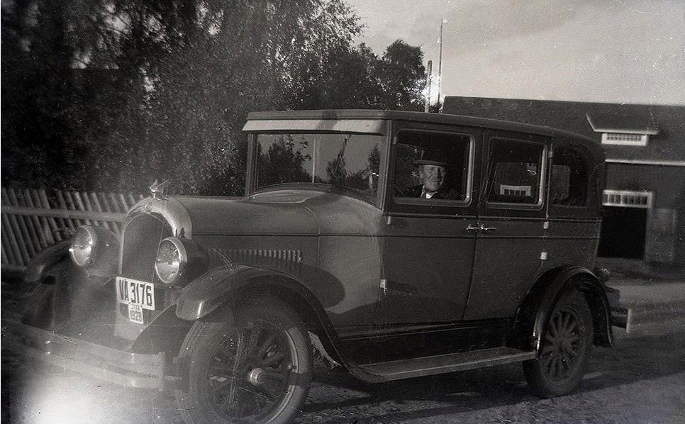Viktor Nylund som stolt bilägare på 1920-talet. Garaget i bakgrunden finns fortfarande kvar på Sunnantillvägen.
