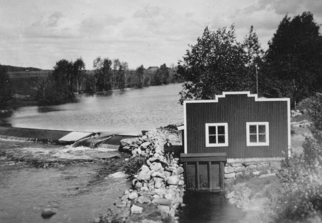 Elkraftverket fick ett helt annat utseende än den gamla kvarnen. På fotot som är taget från Storbron år 1938 ser det närmast ut som en kuliss, så vi kan anta att Broberg haft ett finger med i byggandet. Byggnaden ser ut att sakna tak och arkitekturen är onekligen lite amerikansk.