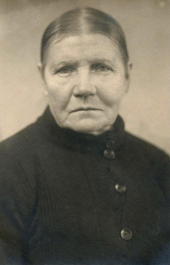 På fotot Fias syster Blomkvistas-Mina, änka efter Karl som dog år 1909, kort efter att han återvänt från att ha arbetat i gruvor i Syd-Afrika.