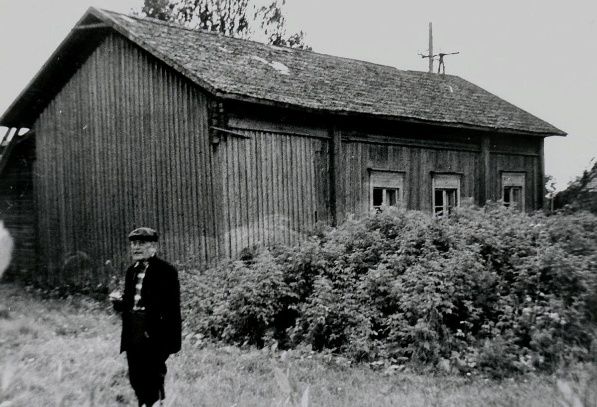 Här står Artur Rosengren bakom barndomshemmet, fotograferat från norr.