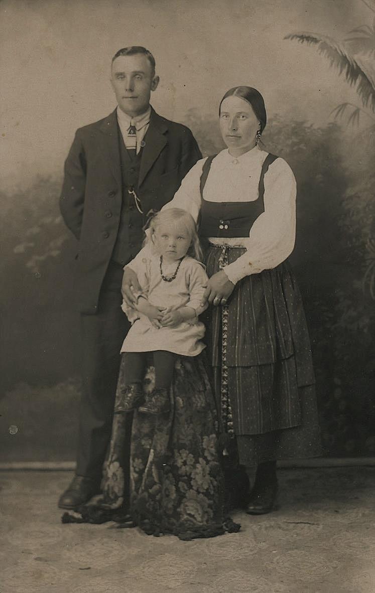 Här Emil och Alma med dottern Dagny, fotot från 1920-talet.