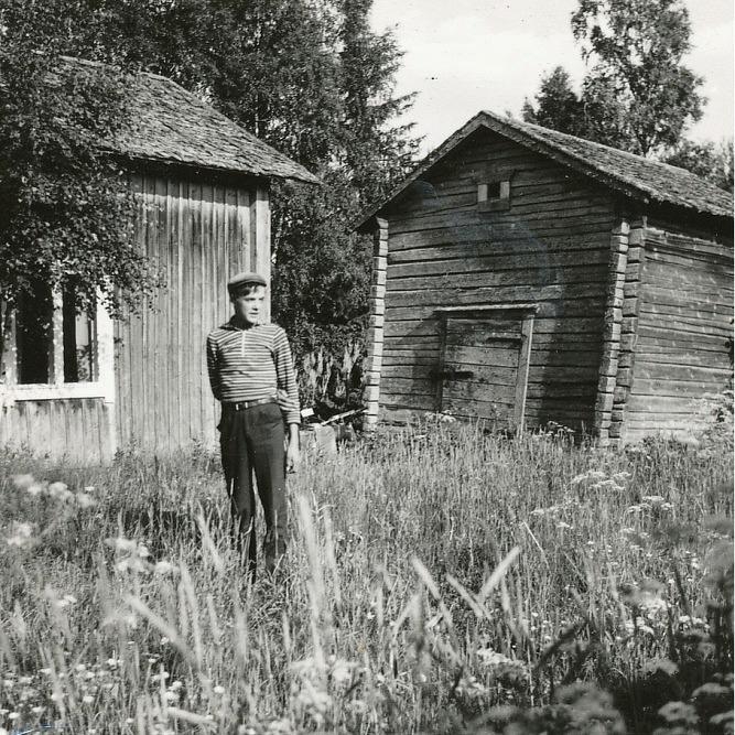 Här står Magnus från Lillsjö framför Adelinas och Johans gård.