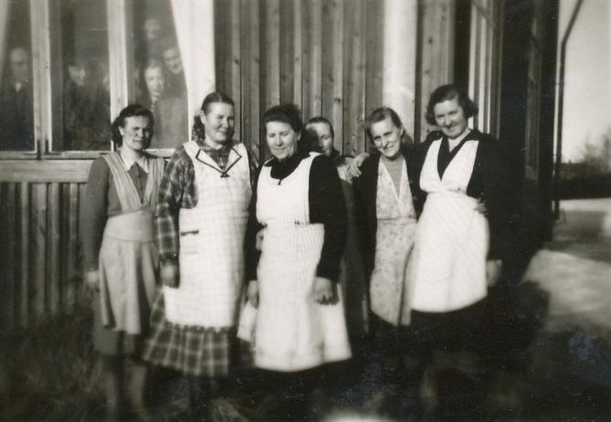 På bilden från 50-talet syns från vänster Beda Westerback, Agnes Blomqvist, Julia Lindgård, Signe Nyholm, Ingeborg Lindblad och Alice Dahlroos. Notera de många ansiktena i fönstret.