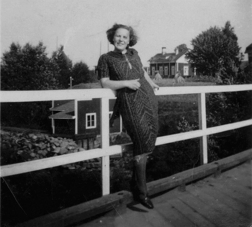 Här står Astrid Björklund på Storbron och i bakgrunden syns elkraftverket.