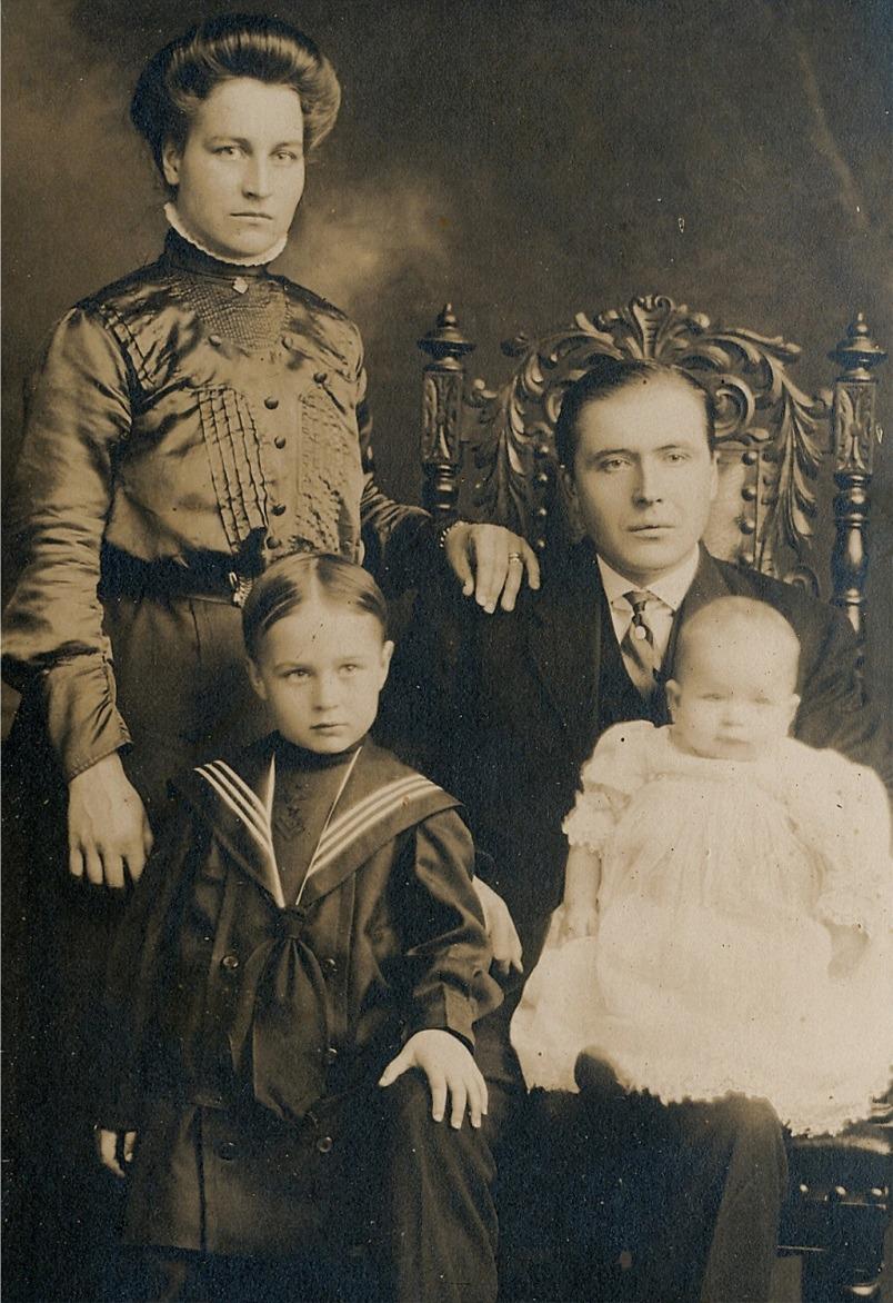 På fotot Fias bror Viktor som flyttade till Amerika med sin Edla Maria. Nere t.v. sonen Waldemar.