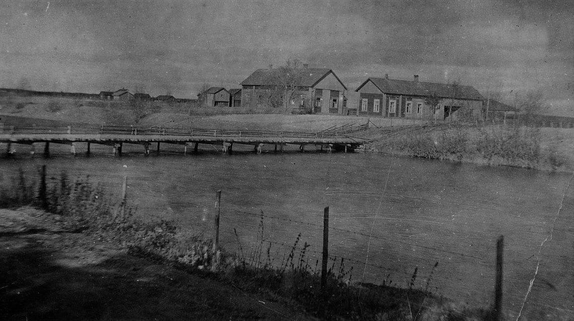 Här på bilden Artur Mitts hemgård i Lappfjärd nära Flottbron. Efter att Artur flyttade till Åbackvägen såldes stället åt Georg Lindedahl från Härkmeri. Huvudbyggnaden längs med ån står fortfarande kvar.