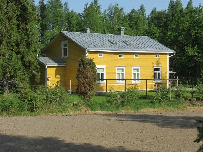 Den stiliga huvudbyggnaden i Ragnarsvik, fotograferad från väster 2013.