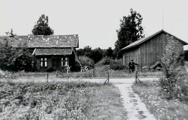 Så här såg gården ut i slutet på 60-talet, då Artur med moped besökte Dagsmark och inspekterade stället.