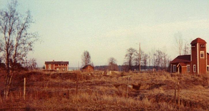 Den här bilden från 1970 talet visar Storfors elverk till höger. Några år tidigare hade det tagits ur bruk, troligtvis i mitten på 60-talet. I det speciella huset till vänster bodde en av elverksskötarna som kallades Kionas-Ivar men som på riktigt hette Ivar Söderholm och var gift med Vilhelmina. Foto: Stig Björs.