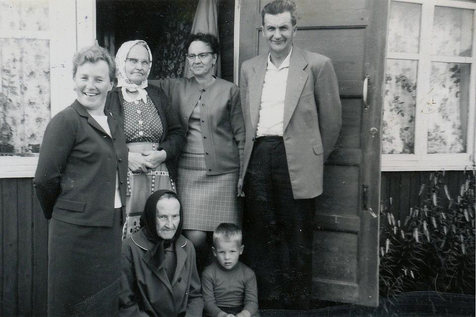 Här ser vi Alma sittande på trappan hos sin syster Alvina Rosenback på Brobackan. Den unga pojken är Trygve Mannfolk, damen till vänster är Dagny Mannfolk och till höger står Else Gullmes och Egil Mannfolk. Fotot från 1968.